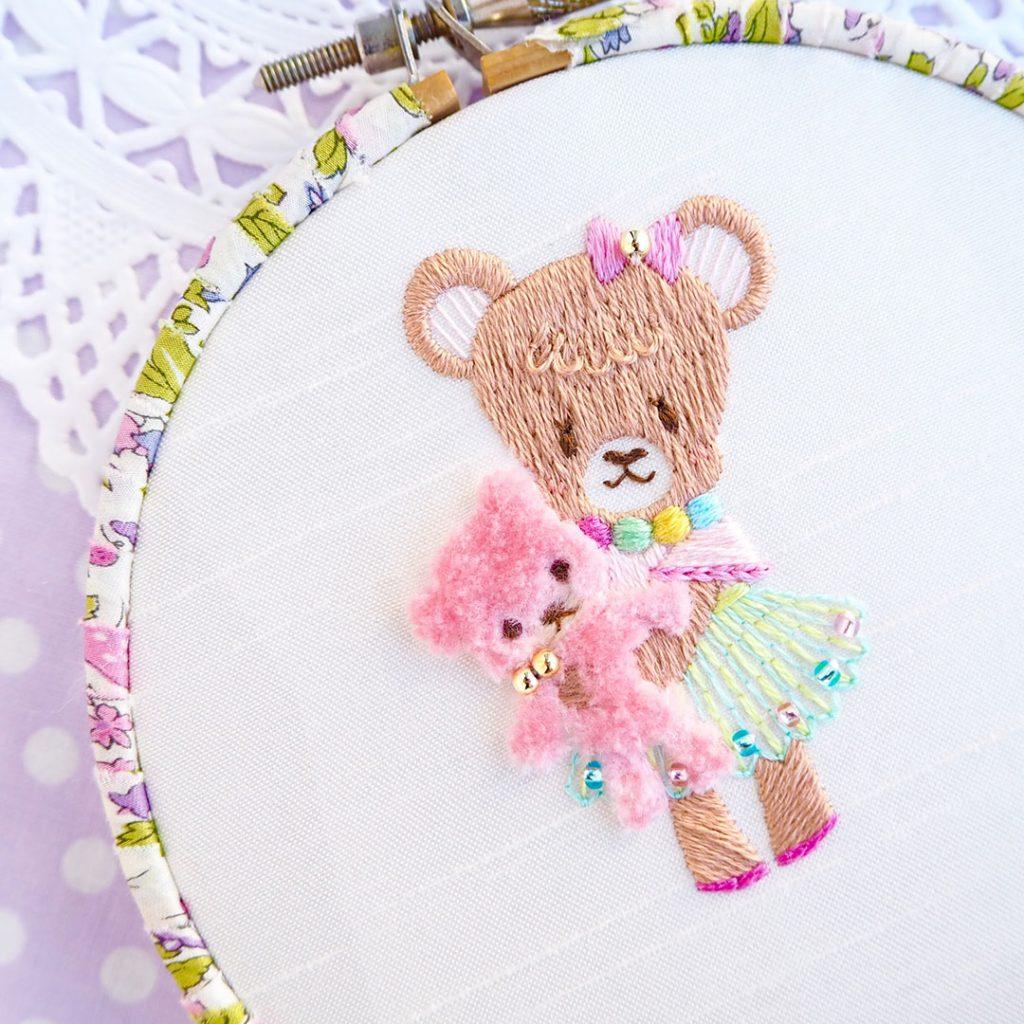 『おもちゃ屋さんのこぐまちゃん』刺繍ブローチ制作中です♪